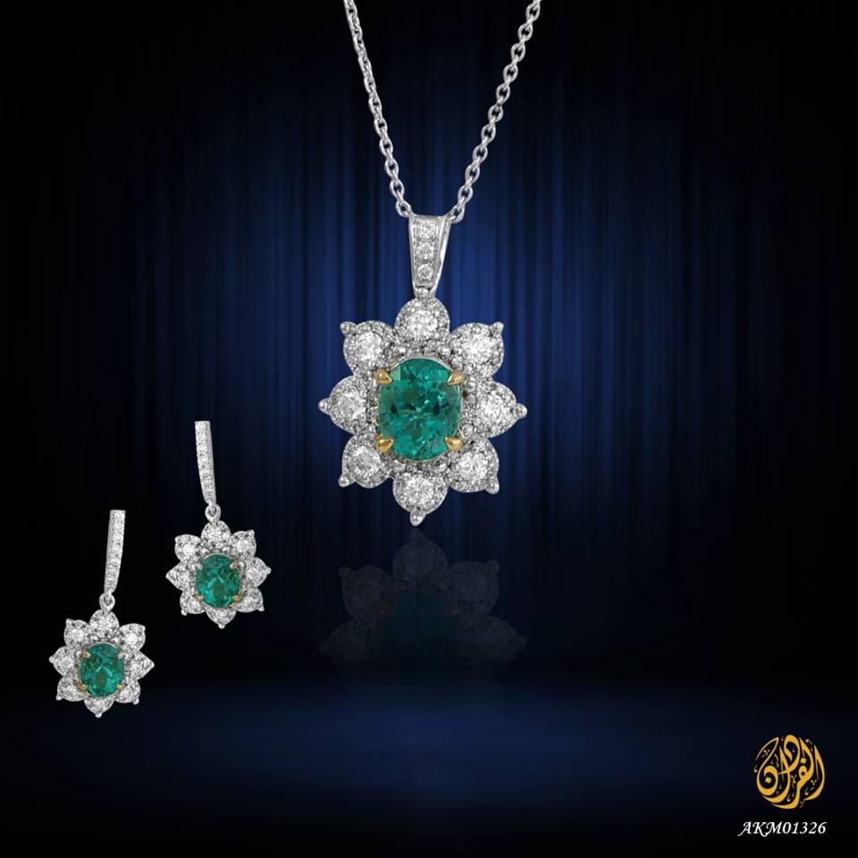 طقم مجوهرات مميز (عقد + حلق) من مجموعة مجوهرات الفردان مصنوع من الذهب الأبيض عيار 18 قيراط ومرصع بالألماس وحجر الزمرد